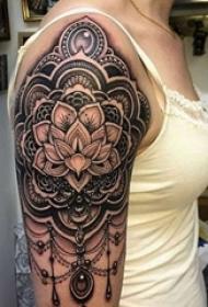 手臂上黑白灰风格点刺纹身图案
