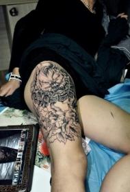 女生腿部唐狮牡丹花纹身图案