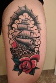 大腿上彩色传统纹身小帆船纹身花朵和蜘蛛网纹身图片
