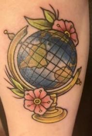 手臂上植物纹身素材花朵纹身和地球纹身图片