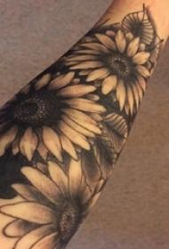 手臂上诟谇纹身点刺技能植物纹身素材向日葵纹身图片