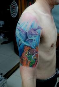手臂漂亮的彩绘海豚纹身图案