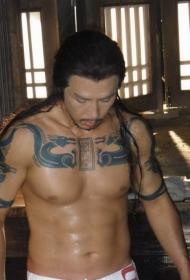甄子丹锦衣卫中胸部龙汉字纹身图案
