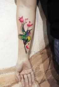 手臂鮮花和蜂鳥彩繪紋身圖案