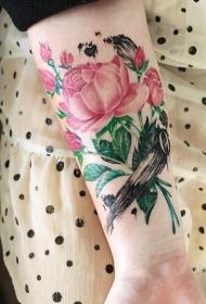 女性手臂清新美麗的花蕊紋身圖案