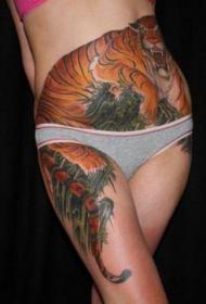 美女腹部彩绘凶猛的虎下山纹身图案