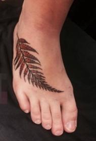 脚背上彩绘简约树叶枫叶纹身图片