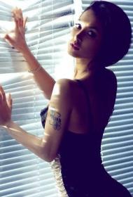 小泽玛利亚手臂四叶草个性纹身图案
