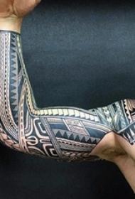 男生手臂上黑白线条几何元素花臂纹身图片