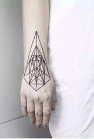 女生手臂上黑白简约几何线条英文单词纹身图片