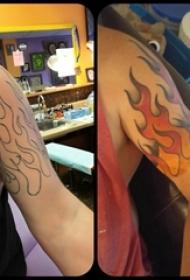 男生手臂上黑色简约线条红色火焰纹身图片