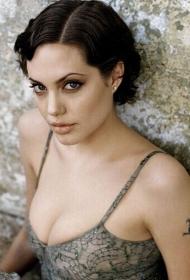 性感女星安吉丽娜朱莉的手臂纹身图案