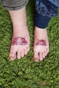 情侣脚背上彩绘红唇纹身图片