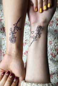 闺蜜手臂上黑色素描创意玫瑰花纹身图片