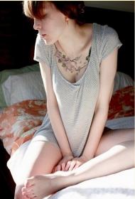 国外美女胸部桃花纹身图案