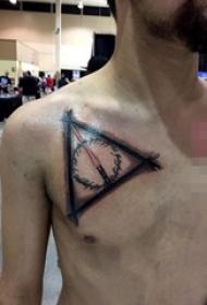 男生锁骨下黑色线条几何元素创意纹身图片