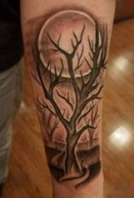 男生手臂上黑灰点刺技巧植物素材树枝和月亮纹身图片