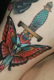 女生腿上彩绘线条匕首与蝴蝶纹身图片