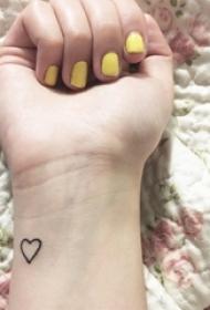 女生手腕上黑色几何元素简单线条爱心纹身图片
