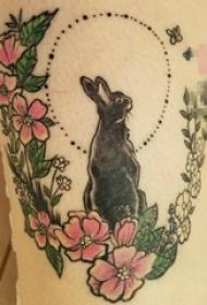 女生大腿上彩绘兔子与花环纹身图片