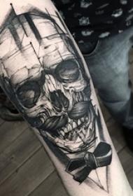 男生手臂上黑色素描创意个性骷髅头纹身图片