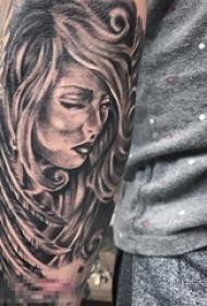 男生手臂上黑灰点刺技巧翅膀元素人物肖像纹身图片