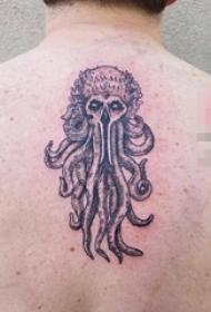 男生背部黑色点刺技巧小动物章鱼和骷髅纹身图片
