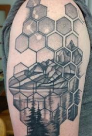 男生手臂上黑灰色几何线条星座与风景纹身图片