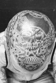 男生头部黑灰点刺技巧几何线条骷髅船长纹身图片