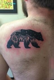 男生后背上黑白色风景与熊纹身图片