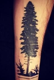 男生手臂上黑灰色清新树木纹身图片