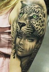 女生手臂上黑灰点刺豹和人物肖像纹身图片