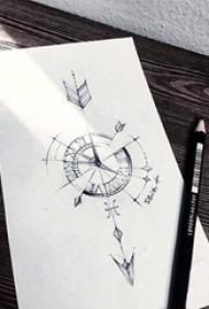 黑灰素描描绘的创意精致的指南针箭纹身手稿
