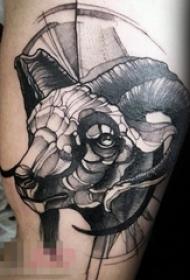 男生手臂上黑色素描创意动物羊头纹身图片