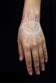 女生手腕上白色线条隐形唯美手链纹身图案