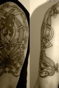 男生手臂上黑灰点刺技巧几何抽象线条纹身图片