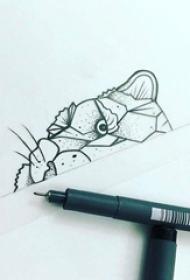 黑色线条创意半边豹子脸纹身手稿
