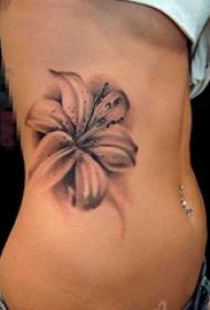 女生侧腰上黑灰点刺植物素材百合纹身图片