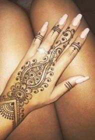 女生手背上黑色线条创意梵花花纹唯美手链纹身图片