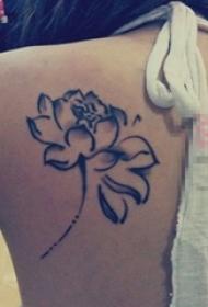 女生后背上黑色水墨抽象线条植物睡莲花纹身图片