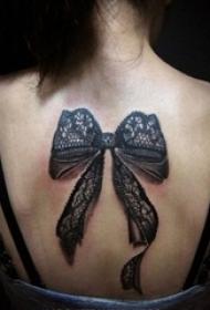 女生背部黑色线条3d蕾丝唯美精致蝴蝶结纹身图片