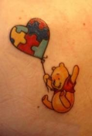 男生手臂上彩繪卡通小熊維尼和氣球紋身圖片