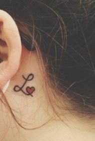 女生耳后黑色花体英文和白色心形纹身图片