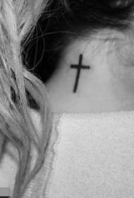 女生颈后黑色线条经典简约十字架纹身图片