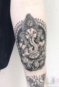 女生手臂上黑灰素描创意印第安风格花纹大象纹身图片