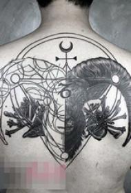 男生背部黑色线条素描创意羊头纹身图片