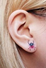 女生耳朵上彩绘渐变小动物蜘蛛纹身图片