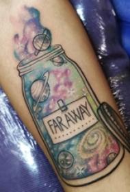 男生手臂上彩绘水彩素描创意星空元素瓶子纹身图片