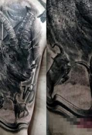 男生手臂上黑色点刺技巧小动物羚羊纹身图片