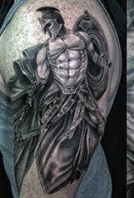 男生大臂膀上黑灰点刺人物肖像武士纹身图片